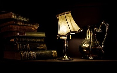 Mörkt rum med bordslampa
